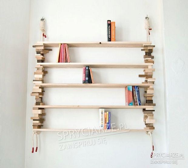 Półka z drewnianych kawałków