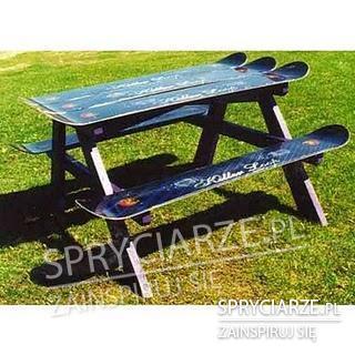 Stolik ogrodowy z desek snowbordowych