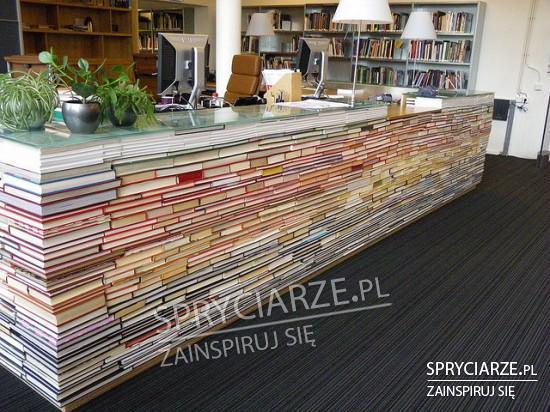 Lada biblioteczna ze starych książek