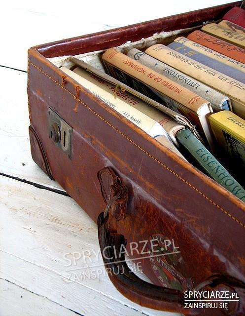 Stara walizka jako miejsce dla książek