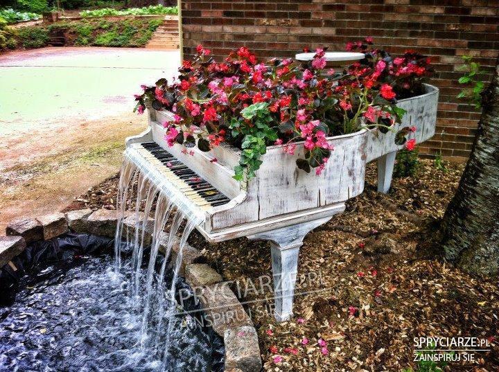 Fontanna z fortepiany (ciekawe czy wydaje dźwięki)