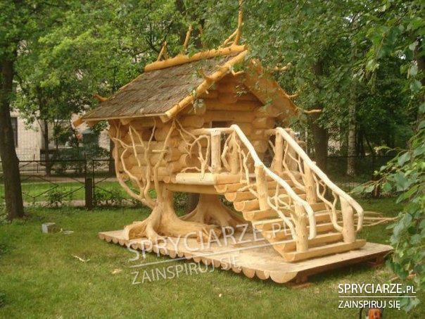Zdobiony domek drewniany dla dzieci